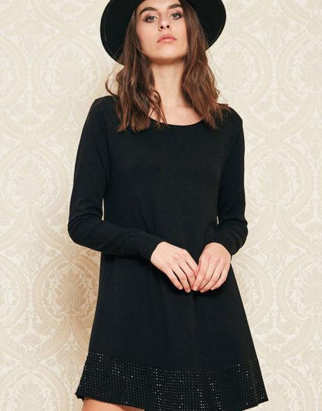 Vestido preto com detalhes brilhantes