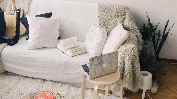 Trabalhar em casa com estilo: 5 looks informais e confortavéis para época de quanrentena.