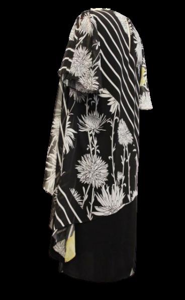 Vestido com base em tecido crepe preto com sobreposição em forma de túnica e chifon estampado.
