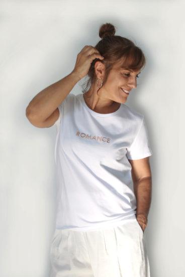 DP006- T-shirt branca 100% algodão com mensagem bordada a cor de rosa