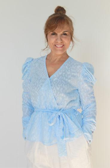 PP0005_10- Blusa azul com laço lateral com ligeiro brilho.png.png
