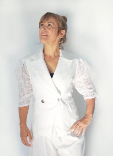 PP008 – Blaser branco com botão prateado e mangas com detalhe especial